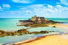 Helgonet Malo Fort National och vaggar, lågvatten Brittany Frankrike Royaltyfri Bild