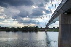 HelgonIrinej bro mest Svetog Irineja som corring Savaet River i Sremska Mitrovica Serbien som tas under ett slut av eftermiddagen Royaltyfri Foto