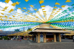 HelgonJonh flaggor i marknaden royaltyfri foto