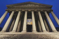 HelgonMarie Madeleine kyrka i Paris vid natt i Paris royaltyfria foton