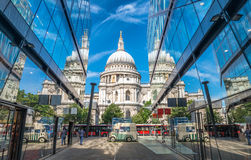 HelgonPaul Cathedral glass reflexioner i London Royaltyfria Bilder