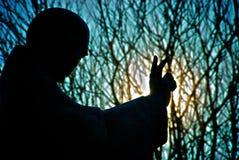 HelgonRichards staty silhouetted Chichester Arkivbilder