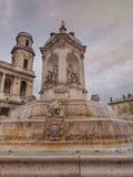 HelgonSulpice kyrka och Monument-springbrunnen i Paris, Frankrike Arkivfoto