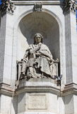HelgonSulpice springbrunn i Paris Arkivfoto