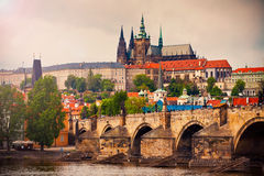 HelgonVitus domkyrka och Charles bro i Prague Royaltyfri Fotografi