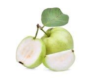 Helhet och halv guavafrukt med det gröna bladet som isoleras på vit Fotografering för Bildbyråer