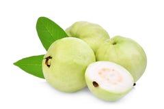 Helhet och halv guavafrukt med det gröna bladet som isoleras på vit Royaltyfri Foto