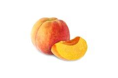 Helhet och halv persika som isoleras på vit bakgrund Arkivbilder