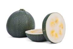 Helhet och klippt zucchini som isoleras på en vit bakgrund Naturlig grön zucchini Grönsaker mycket av näringsrika vitaminer royaltyfria foton