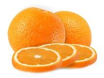 Helhet och klippta apelsinfrukter som isoleras på vit bakgrund Arkivfoton
