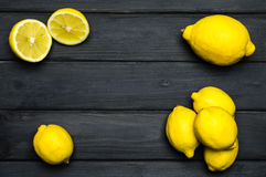 Helhet och klippta citroner på grå träyttersida Royaltyfri Fotografi
