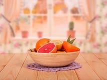 Helhet och klippta grapefrukter, citroner och apelsiner med sidor i pilbåge Royaltyfria Bilder