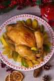 Helheten grillade höna eller kalkon med potatisar, citroner och limefrukter royaltyfria bilder