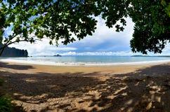 Helhetsfjärden av Ao Nang som ses från en skuggig fläck på stranden, Thailand Arkivbilder