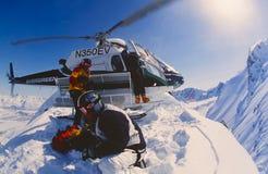 Heli-ski dans les montagnes de Chugach de l'Alaska Photographie stock libre de droits