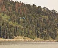 Helibucket di riempimento dell'elicottero Fotografia Stock