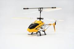 Helicóptero accionado por control remoto amarillo aislado Fotos de archivo libres de regalías