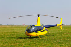Helicóptero amarelo no campo Fotografia de Stock