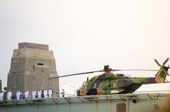 Helicóptero australiano de la marina de guerra en la demostración del acorazado en eventos el día de Australia en Sydney Harbour Imagen de archivo libre de regalías