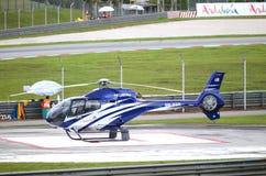 Helicóptero azul en el circuito del International de Sepang. Fotografía de archivo