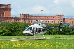 Helicóptero Bell 407GX (RA-01605) na plataforma de aterrissagem na parte dianteira do museu da artilharia Fotografia de Stock