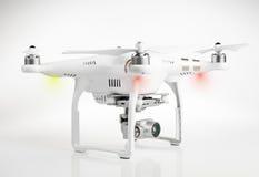 Helicóptero branco do quadrilátero do zangão com a câmara digital 4K Fotografia de Stock