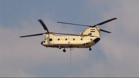 Helicóptero CH-47 Chinook en el airshow en El Cairo Egipto almacen de video