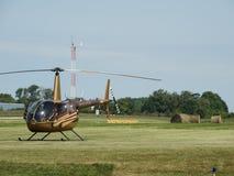 Helicóptero clásico hermoso del cuervo de Robinson R44 Fotografía de archivo