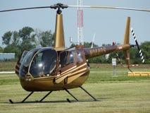 Helicóptero clásico hermoso del cuervo de Robinson R44 Imagenes de archivo