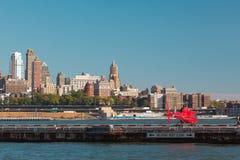 Helicóptero com os turistas no heliporto em New York EUA imagem de stock