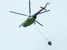 Helicóptero con el tanque del antifire imagen de archivo