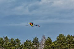 Helicóptero 3D rádio-controlado de voo abaixo do parafuso Fotografia de Stock