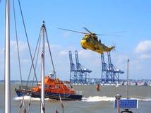 Helicóptero da busca e do salvamento e barco salva-vidas de RNLI fotos de stock royalty free