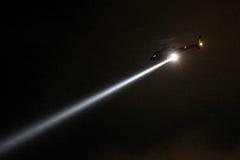 Helicóptero da polícia com o holofote na noite Fotografia de Stock Royalty Free