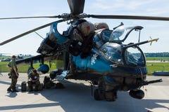 Helicóptero de ataque com as capacidades de transporte mil. Mi-24 traseiros Fotografia de Stock Royalty Free