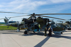Helicóptero de ataque com as capacidades de transporte mil. Mi-24 traseiros Imagem de Stock Royalty Free