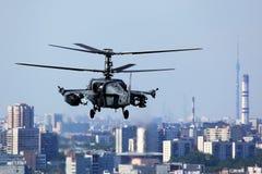 Helicóptero de ataque do jacaré de Kamov Ka-52 representado sobre a cidade de Moscou em Lyubertsy Imagens de Stock Royalty Free