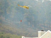 Helicóptero de combate ao fogo Foto de Stock