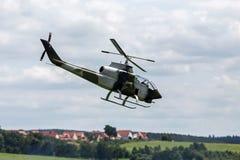 Helicóptero de combate de RC imagenes de archivo