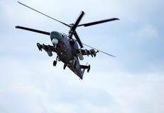 Helicóptero de combate en vuelo Fotografía de archivo