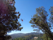 Helicóptero de la lucha contra el fuego adentro para el repuesto del agua, punta de flecha del lago Papoose, lago, CA fotos de archivo libres de regalías