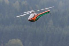 Helicóptero de las acrobacias aéreas foto de archivo libre de regalías