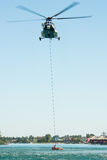 Helicóptero de mil. Mi-17 que conduz um salvamento da água em Senec Sunny Lakes, Eslováquia imagens de stock royalty free
