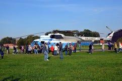 Helicóptero de visita turístico de excursión Fotos de archivo