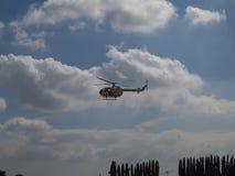 Helicóptero del blohm del bolkow del Mbb del guardacostas que realiza trucos durante el festival filipino del globo del aire cali Imágenes de archivo libres de regalías