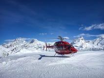 Helicóptero del despegue que espera de Zermatt del aire para fotografía de archivo