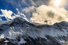 Helicóptero del rescate de la montaña en Himalaya Mountrains Fotos de archivo libres de regalías