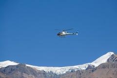 Helicóptero del rescate de la montaña en las montañas de Himalaya en el cielo azul del fondo nepal Imagenes de archivo