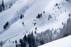 Helicóptero del rescate de la montaña sobre las montañas, Kitzbuhel, Austria Fotos de archivo libres de regalías
