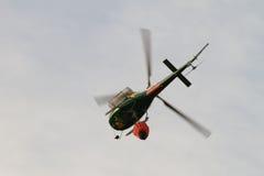 Helicóptero del rescate del fuego, con el compartimiento de agua Fotografía de archivo libre de regalías